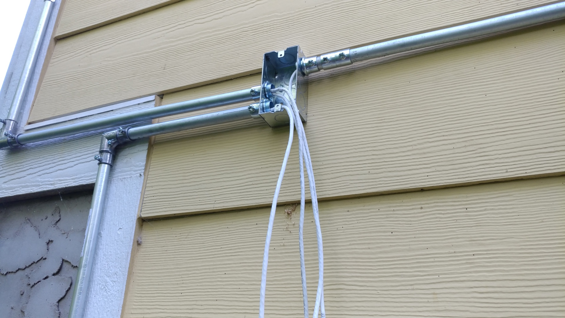 Using Electric Metal Tubing Emt With Scw Security Cameras Conduit For Outdoor Wiring Cabling Junction Box